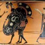 Ajax portant le corps d'Achille, protégé par Hermès (à gauche) et Athéna (à droite). Amphore à col attique à figures noires, v. 520-510 av. J.-C., Musée du Louvre, Wikicommons