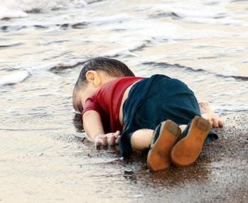 Photographie du petit Aylan, cliché Nilüfer Demir pour l'agence Dolgan News Agency (photographie reproduite à fin pédagogique pour l'illustration du poème)